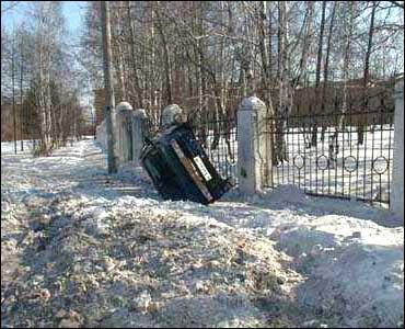 Auto sbanda sulla neve e si cappotta