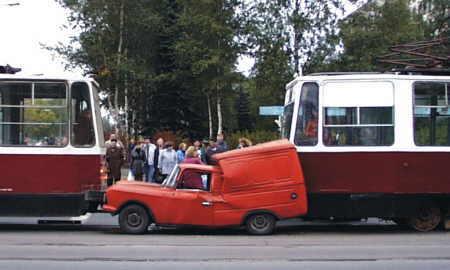 Furgoncino rimane schiacciato tra due tram