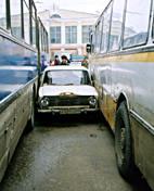 Parcheggio azzardato tra due bus
