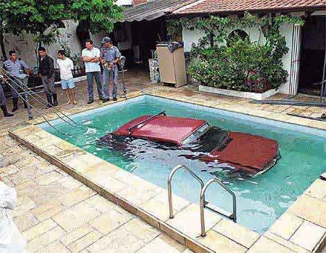Il conducente sentiva caldo. Auto finisce in piscina