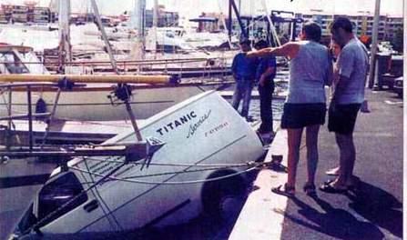 Voleva imitare il Titanic. Furgone finisce in mare