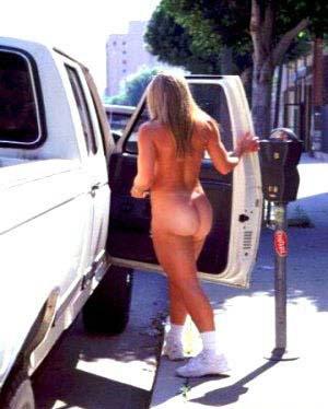 Scende dall'auto nuda per pagare il parcheggio