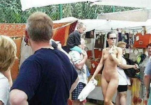 Donna nuda la mercato