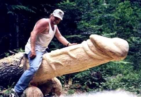 Il pene scolpito da un artista in un tronco