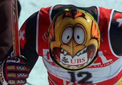 Scii il casco di questo sciatore è molto originale