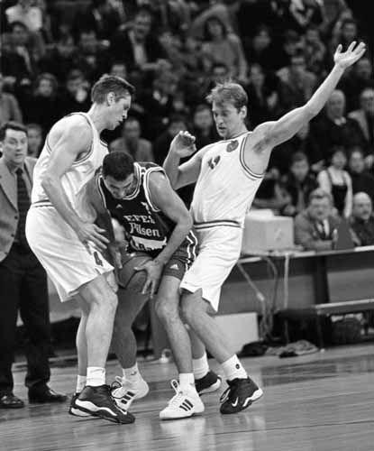 Basket giocatore stretto tra due avversari