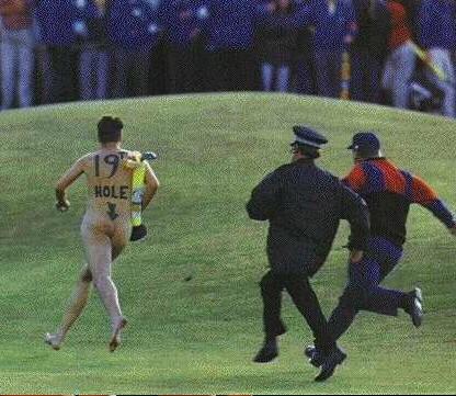 19° Buca invasione nel campo da golf. Uomo nudo