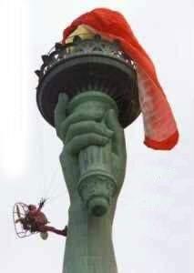 Uomo rimane impigniato sulla statua della liberta col paramotore