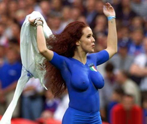 Forza Italia, una tifosa sexy tutta in blu