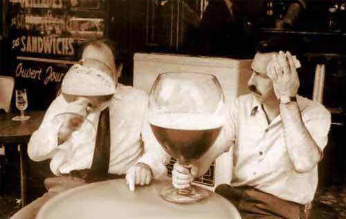Un boccale di birra tra amici